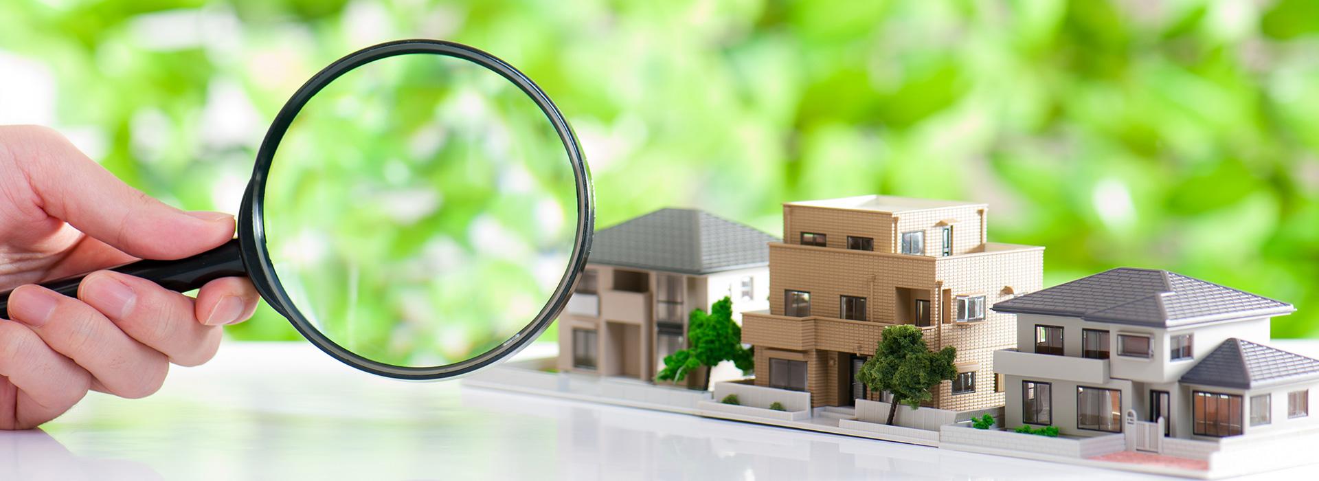 家の模型と虫眼鏡